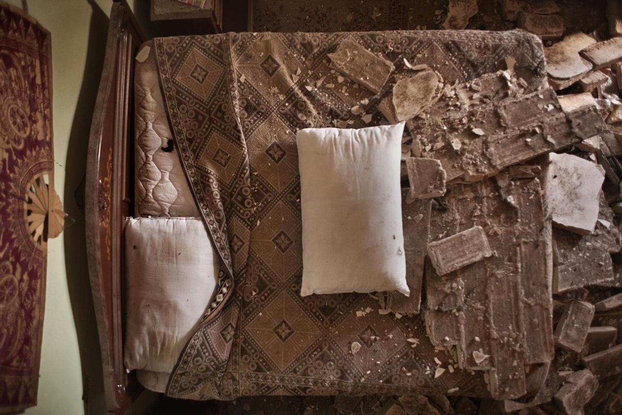 Abruzzo, Castelnuovo di San Pio delle Camere (L'Aquila)Nel 2009 il terremoto in Abruzzo ha fatto 309 vittime e 1.500 feriti; i danni stimati sono di oltre 10 miliardi di euro. Gli abruzzesi non ancora rientrati nelle loro case sono circa 22mila.Jè dolce naufragar dèntre a stu mare