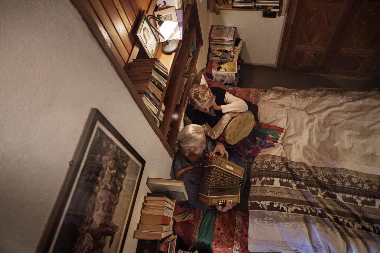 Valle d'Aosta, Aymavilles (Aosta) / Liliana e Alessandro mentre fanno le prove In tutti i confini d'Italia resiste il bilinguismo. É merfondé l'è dousse eun seutta mer